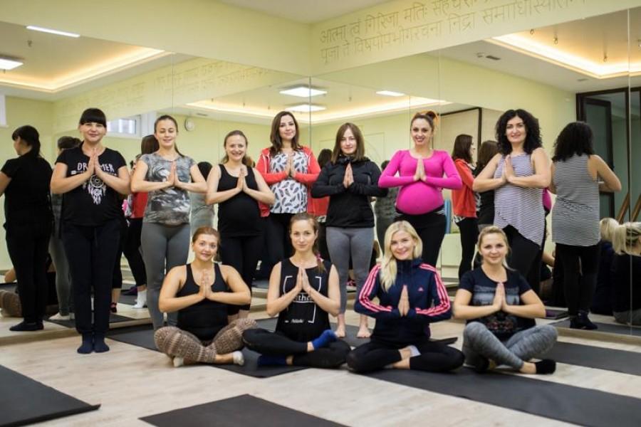 """Йога для вагітних у Рівному: учасниці """"Пузатої мами"""" займаються у Yoga Point"""