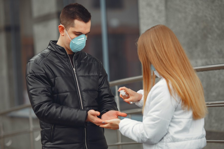 Захист від коронавірусу: як зробити маску та антисептик своїми руками