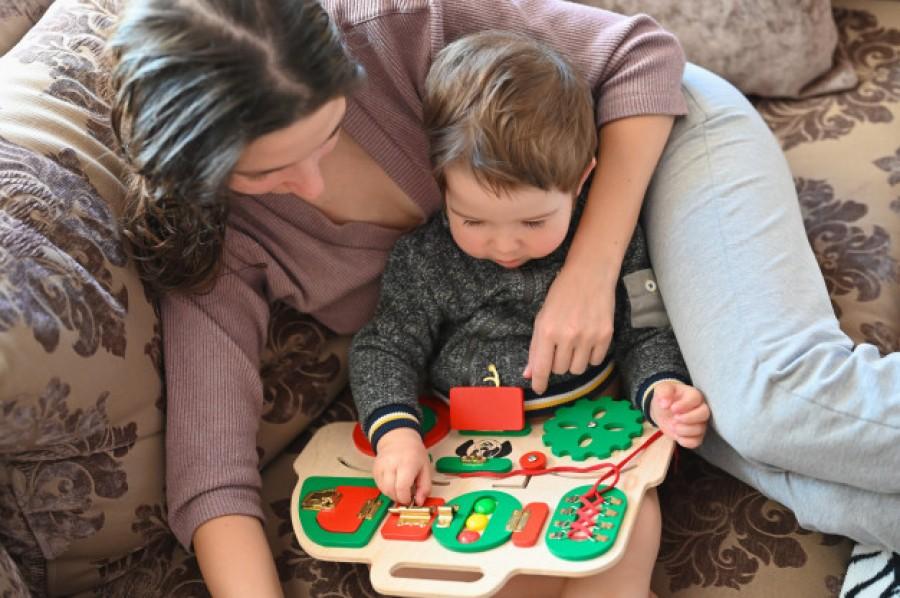 Найкраща іграшка для малюків: користь бізібордів і розвиваючих дошок