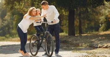 Активне літо: як навчити дитину кататися на роликах і велосипеді