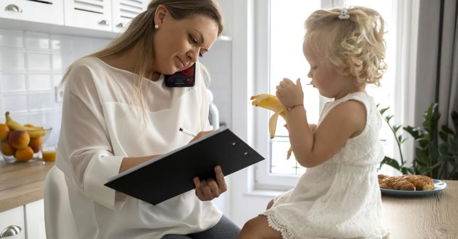 Чим зайняти дитину мамам, які працюють вдома
