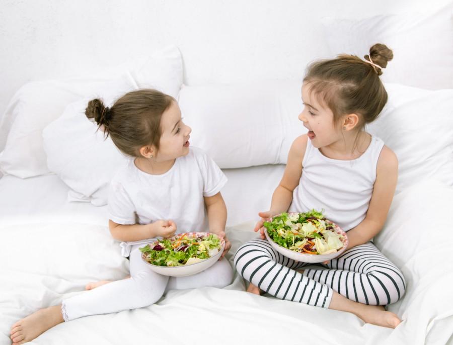 Літнє меню: чим годувати дитину влітку