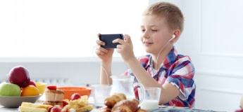Як зробити так, щоб дитина не сиділа в телефоні за столом: 3 дієвих поради